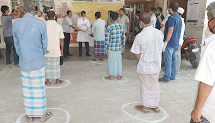 নোয়াখালীতে দিনমজুর-শ্রমজীবী মানুষের জন্য খাদ্য উপহার