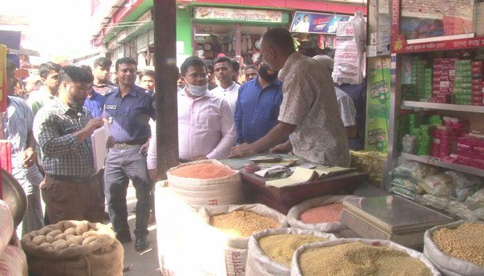 অনৈতিক মুনাফা : লক্ষ্মীপুরে ৮ দোকানে জরিমানা